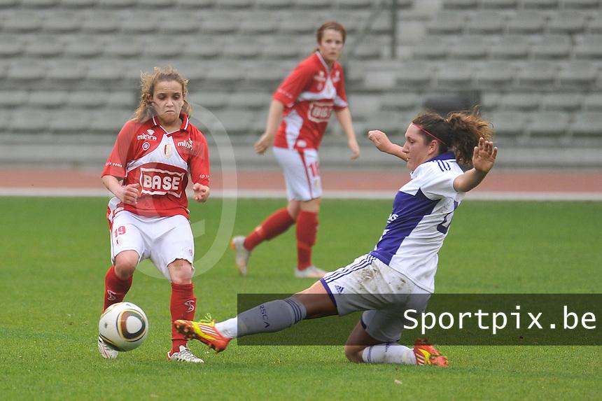 RSC Anderlecht Dames - Standard Femina de Liege : Laurence Marchal met de tackle voor Davina Philtjens.foto JOKE VUYLSTEKE / Vrouwenteam.be