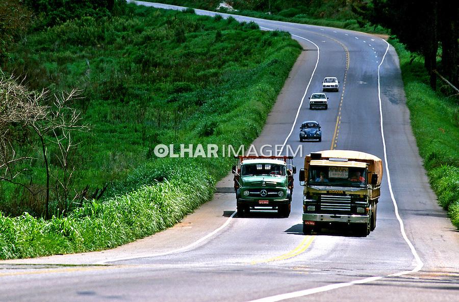 Ultrapassagem na rodovia Fernão Dias, Minas Gerais. 1997. Foto de Juca Martins.