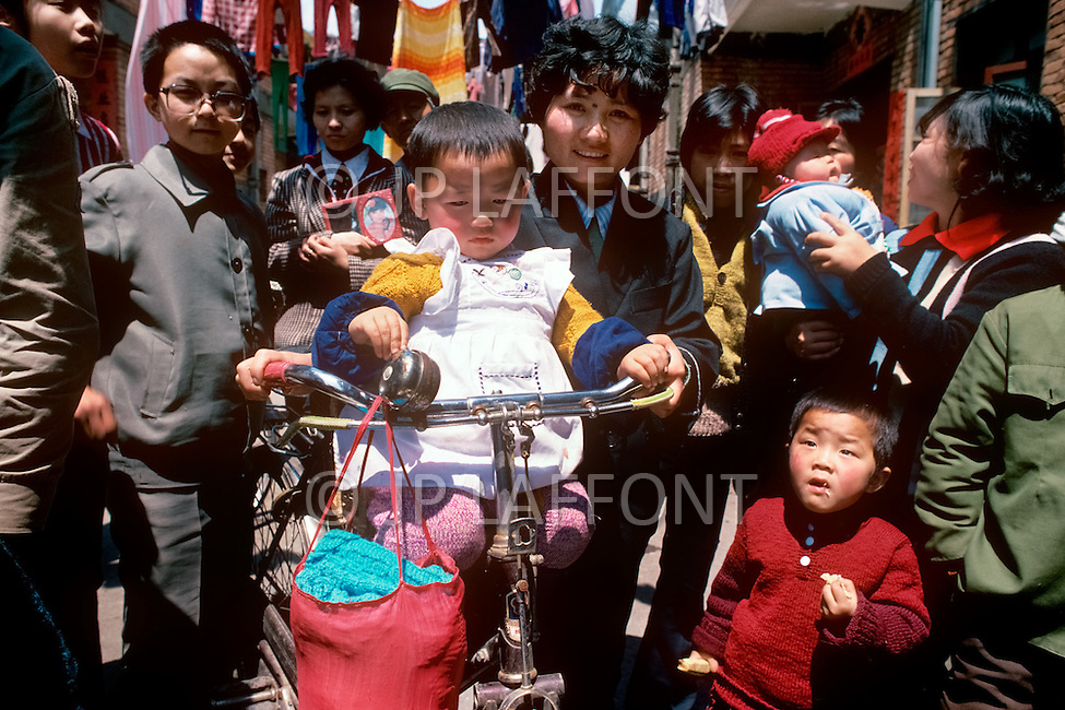April 15th, 1989, Poyang, Jiangxi Province, China: daily life, family scenes.