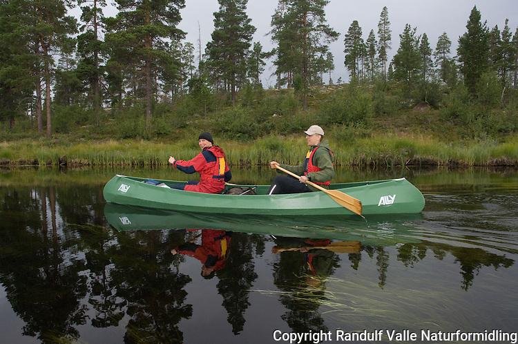 Mann og dame i Ally Kano på Håsjøen. ---- Man and woman in Ally canoe on lake Håsjøen.