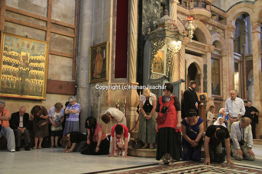 Israel, Jerusalem, pilgrims at the Katholikon, the Church of the Holy Sepulchre on Pentecost