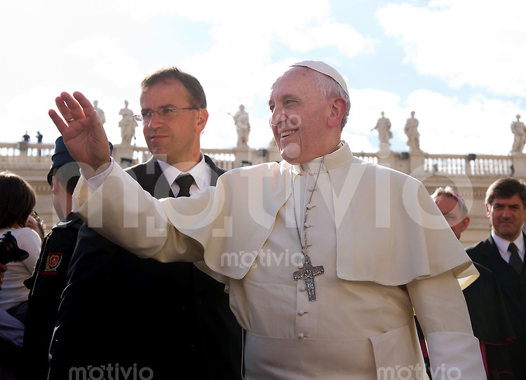 Rom, Vatikan 16.10.2013 Papst Franziskus I. bei der woechentlichen Generalaudienz auf dem Petersplatz