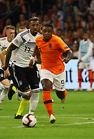Steven Bergwijn (Niederlande) überläuft Jerome Boateng (Deutschland Germany) - 13.10.2018: Niederlande vs. Deutschland, 3. Spieltag UEFA Nations League, Johann Cruijff Arena Amsterdam, DISCLAIMER: DFB regulations prohibit any use of photographs as image sequences and/or quasi-video.