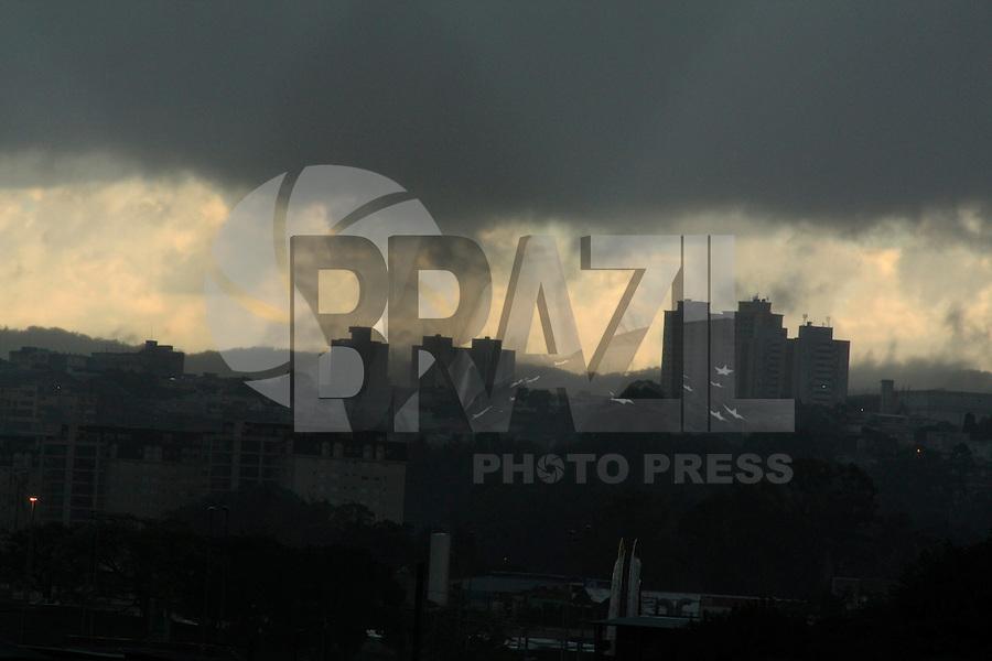 SÃO PAULO, 11 de JUNHO, 2012 - CLIMA TEMPO - Fortes chuvas com trovoadas  caem na região da zona norte da capital paulista na manhã dessa segunda, 11- FOTO LOLA OLIVEIRA/BRAZIL PHOTO PRESS