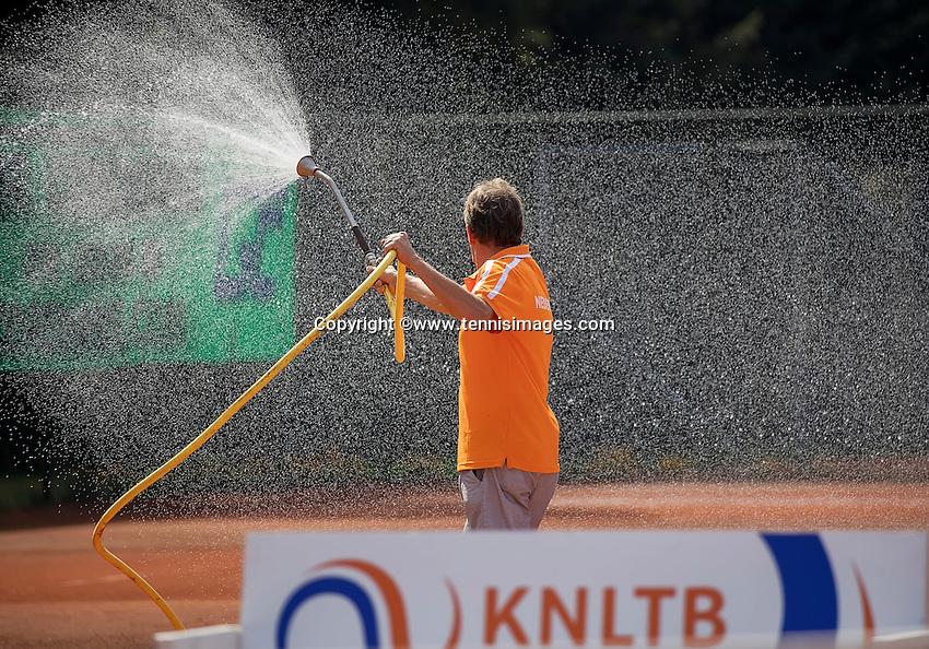 Etten-Leur, The Netherlands, August 27, 2016,  TC Etten, NVK, Spraying the claycourt<br /> Photo: Tennisimages/Henk Koster