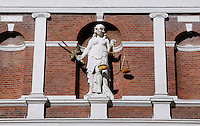Vrouwe Justitia aan de gevel van het stadhuis van Haarlem