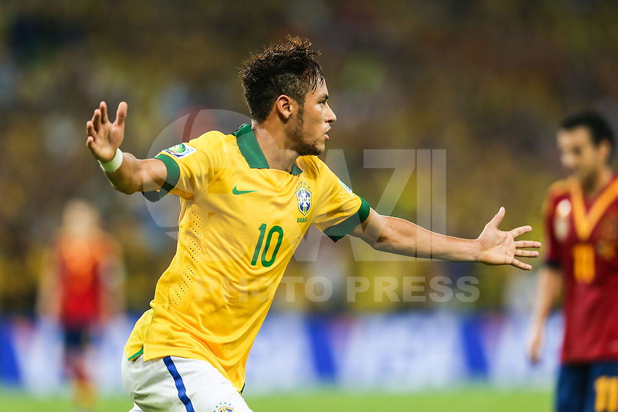 RIO DE JANEIRO, 30.06.2013 - COPA DAS CONFEDERAÇÕES - FINAL - BRASIL X ESPANHA - Neymar do Brasil comemora seu gol contra a Espanha na final da Copa das Confederações Estádio do Maracanã, na zona norte do Rio de Janeiro, neste domingo, 30. (Foto: William Volcov / Brazil Photo Press).