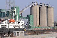 - industrial zone of Porto Marghera, unloading of grain from a ship to silos of a mill<br /> <br /> - zona industriale di Porto Marghera, nave scarica cereali nei silos di un mulino