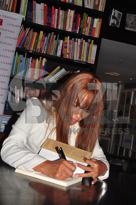 """RIO DE JANEIRO, 05 DE ABRIL DE 2011 - LANÇAMENTO DO LIVRO FLORDELIZ - Lançamento na noite de ontem (04) do livro """"Flordeliz"""", da autora Flor de Liz na livraria da Travessa, Leblon, Zona Sul do Rio.(FOTO: STÉPHANIE SARAMAGO/NEWS FREE)"""