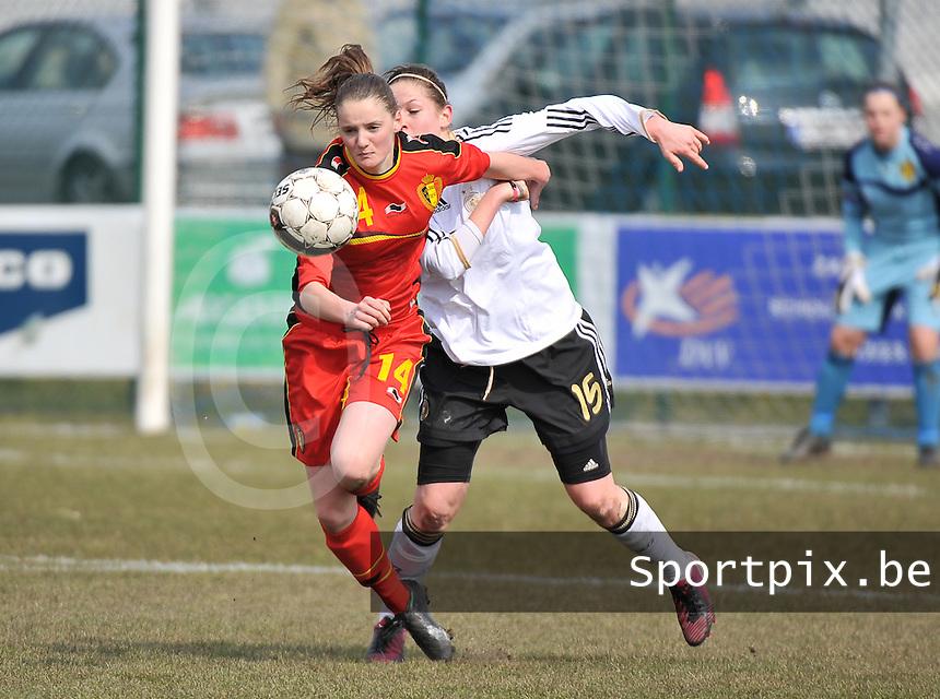 Belgie U17 - Duitsland U17 : Elisabeth Mayr (achter) in duel met Bieke Vandenbussche .foto DAVID CATRY / Vrouwenteam.be
