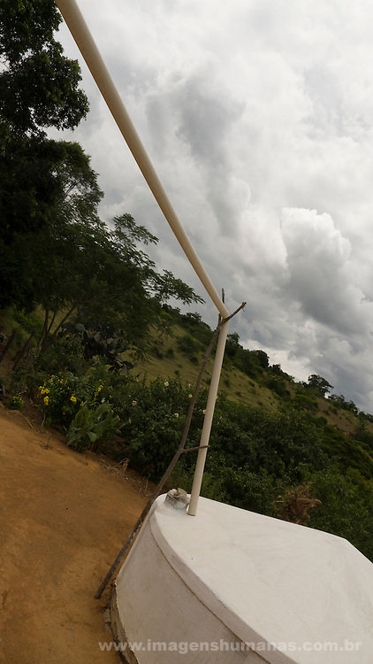 Comunidade de Santa Helena, na região do baixo Jequitinhonha, Norte de Minas Gerais. Nessa região é possível encontrar três tipos de biomas: caatinga, cerrado e mata atlântica. A ASA Brasil, Articulação no Semiárido Brasileiro, tem implementado em diversas comunidades no Norte de Minas o Programa Uma Terra e Duas Águas (P1+2) e o Programa Um Milhão de Cisternas (P1MC) que tem como objetivo viabilizar a captação e armazenamento de água de chuva nessas comunidades para consumo humano, criação de animais e produção de alimentos.