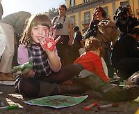 NAPOLI MANIFESTAZIONE DI PROTESTA DEL COORDINAMENTO DEI GENITORI DEGLI ASILO NIDO E DELLE SCUOLE D'INFANZIA PER I TAGLI ALLE MENSE E LA RIDUZIONE DEGLI ORARI.FOTO CIRO DE LUCA