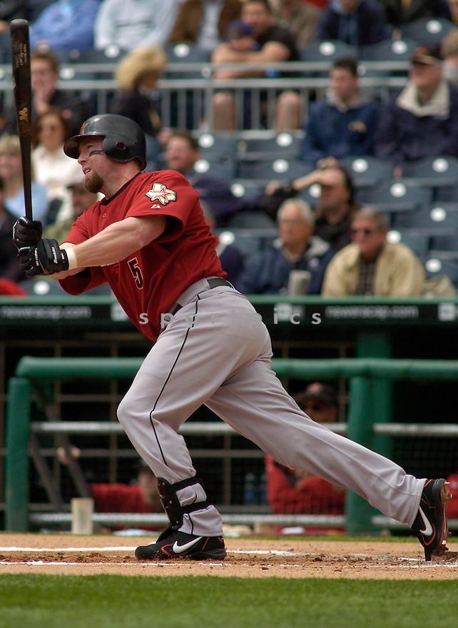 Jeff Bagwell of the Houston Astros in action against the Pittsburgh Pirates..Chris Bernacchi/ SportPics..Pirates win 2-0