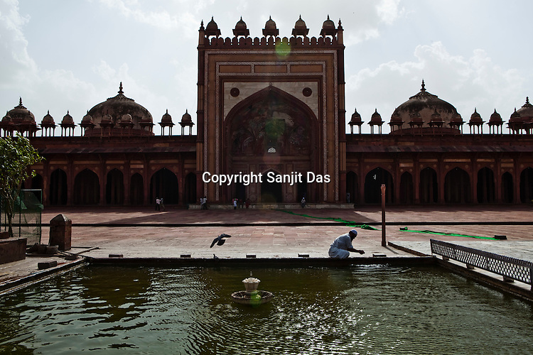 A pious muslim man washes his hands and feet before going for prayers at the Jama Masjid in Fatehpur Sikri in Agra, Uttar Pradesh in India. Photo: Sanjit Das/Panos pour Le Point