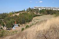 Roma, periferia.il parco delle Betulle, .sulla sinistra c'era una gola che è stata trasformata in discarica e ricoperta con i detriti del museo MAXXI, come affermano cittadini e associazioni del quartiere.Rome suburb.