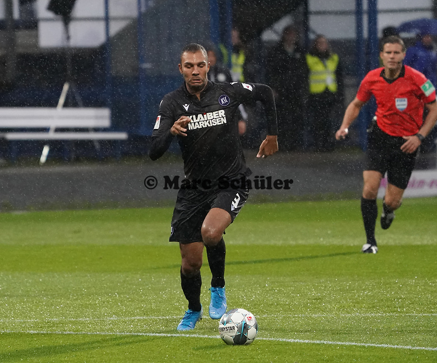 Daniel Gordon (Karlsruher SC) - 04.10.2019: SV Darmstadt 98 vs. Karlsruher SC, Stadion am Boellenfalltor, 2. Bundesliga<br /> <br /> DISCLAIMER: <br /> DFL regulations prohibit any use of photographs as image sequences and/or quasi-video.