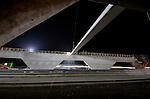 MAARN - Een langsrijdende trein trek een witte lijn langs het in aanbouw zijnde ecoduct Mollebos dat deze week in nacht door bouwcombinatie de Poort van Bunnik 's voorzien is van liggers (van Betonson). Het 53 meter brede wildviaduct is één van de vele wildpassages die gelijktijdig met het verbreden en vernieuwen van de 30 km langs snelweg A12  Utrecht Lunetten  Veenendaal wordt aangelegd.  Bij het optakelen van een element werd telkens door verkeersbegeleiders van Rijkswaterstaat het verkeer even stil gezet. De bouwcombinatie bestaat uit BAM PPP, BAM Wegen, BAM Civiel en BAM Infratechniek. COPYRIGHT TON BORSBOOM