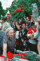 UNGARN, 14.07.1989<br /> Budapest - VIII. Bezirk<br /> Staatsbegraebnis von Janos Kadar (korrekt: János Kádár), Generalsekretaer der Kommunistischen Partei MSZMP auf dem Kerepesi Nationalfriedhof. Gedränge und Chaos am frischen Grab, nicht weit vom Kommunistischen Pantheon. <br /> State funeral of Communist Party (MSZMP) General Secretary Janos Kadar who died on July 6. Crowding and chaos at the grave not far from the Kerepesi national cemetery's communist pantheon.<br /> © Martin Fejer/EST&OST