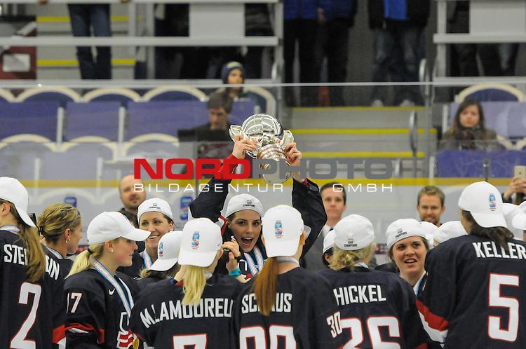 04.04.2015, Malm&ouml; Ishall, Malm&ouml; , SWE, IIHF Eishockey Frauen WM 2015, USA vs Canada (CAN), im Bild, Finale, Team USA gewinnt die Frauen Eishockey WM in Malm&ouml;, Hilary KNIGHT (#21, USA) h&auml;lt den Pokal in die H&ouml;he<br /> <br /> ***** Attention nur f&uuml;r redaktionelle Berichterstattung *****<br /> <br /> Foto &copy; nordphoto / Hafner