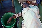 The cholera epidemic in Haiti has already killed 4.500 people and sickened more than 250.000. Enfermos de Colera atendidos en un centro de asistencia de emergencia en Cite Soleil, Puerto Principe.