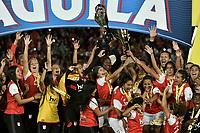 BOGOTÁ -COLOMBIA, 24-06-2017: Jugadoras de Santa Fe celebran con el trofeo como campeonas de las Liga Femenina Aguila 2017 después del partido de vuelta entre Independiente Santa Fe y Atletico Huila por la final de la Liga Femenina Aguila 2017 jugado en el estadio Nemesio Camacho El Campin de la ciudad de Bogota. / Players of Santa Fe celebrate with the trophy as champions of the Aguila Women League 2017 after second leg match between Independiente Santa Fe and Atletico Huila for the final of Aguila Women League 2017 played at the Nemesio Camacho El Campin Stadium in Bogota city. Photo: VizzorImage/ Gabriel Aponte / Staff