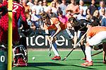 BLOEMENDAAL   - Hockey -  2e wedstrijd halve finale Play Offs heren. Bloemendaal-Amsterdam (2-2) . A'dam wint shoot outs.  Florian Fuchs (Bldaal) met rechts Nicki Leijs (A'dam) . COPYRIGHT KOEN SUYK