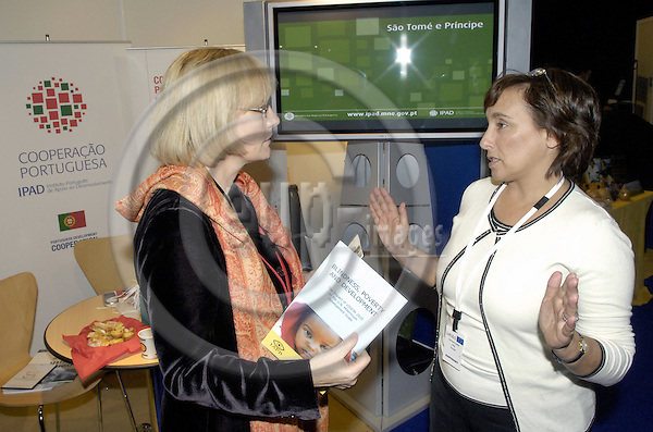 Brussels-Belgium - 16 November 2006---Karin KORTMANN (le), Parliamentary State Secretary at the Federal Ministry for Economic Cooperation and Development of Germany (BMZ), visiting the Development Village during the European Development Days held at Brussels Expo; here, at the Portuguese stand with Margarida LAGES (ri), Head of Division at IPAD Instituto Portugues de Apoio ao Desenvolvimento---Photo: Horst Wagner/eup-images