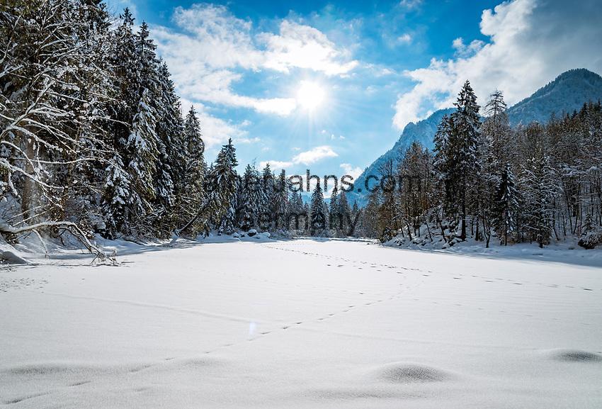 Deutschland, Bayern, Chiemgau, Ruhpolding: der zugefrorene Taubensee, dahinter die Chiemgauer Alpen   Germany, Bavaria, Chiemgau, Ruhpolding: frozen lake Taubensee and Chiemgau Alps