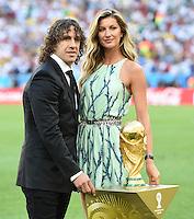 FUSSBALL WM 2014                FINALE Deutschland - Argentinien     13.07.2014 Carles Puyol (li) und Gisele Buendchen praesentieren sich und ein klein wenig auch den WM Poakl