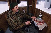 Amérique/Amérique du Nord/Canada/Quebec/Rivière-Eternité : Pêche blanche sur le Fjord de Saguenay - André Gagné cuisine sa pêche dans sa cabane [Autorisation : 202]