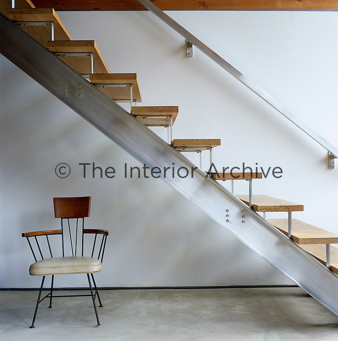 This low-tech staircase is made of aluminium T-bars with ash wood treads