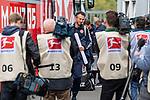 05.10.2019, Benteler Arena, Paderborn, GER, 1.FBL, SC Paderborn 07 vs 1. FSV Mainz 05<br /> <br /> DFL REGULATIONS PROHIBIT ANY USE OF PHOTOGRAPHS AS IMAGE SEQUENCES AND/OR QUASI-VIDEO.<br /> <br /> im Bild / picture shows<br /> Jan-Moritz Lichte (Co-Trainer 1. FSV Mainz 05) mit Unterlagen Matchplan bei Ankunft am Stadion, <br /> <br /> Foto © nordphoto / Ewert