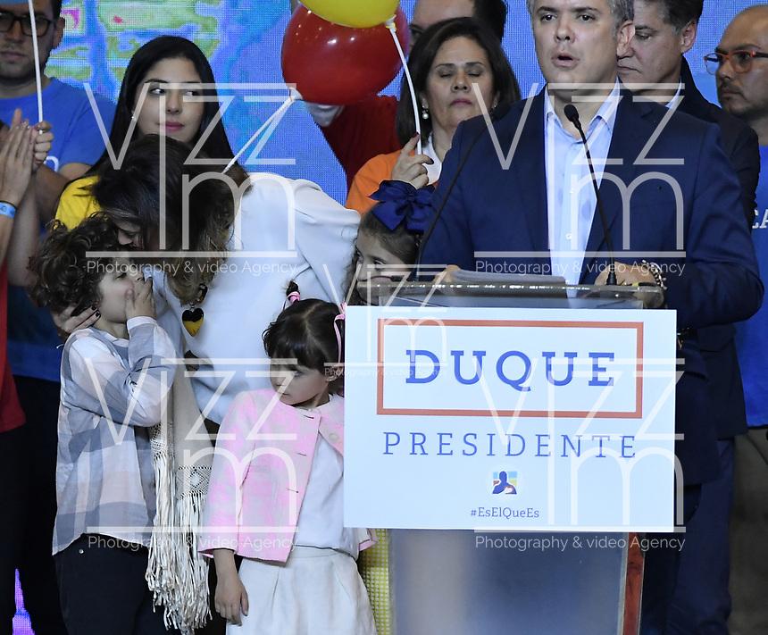 BOGOTA - COLOMBIA, 27-05-2018: Maria Juliana Ruiz, y sus tres hijos: Luciana, Matías y Eloisa esposa e hijos de Ivan Duque, candidato presidencial por le partido Centro Democrático durante la alocución de este último después de salir ganador en la jornada electoral hoy, 27 de mayo de 2018. Las elecciones presidenciales de Colombia de 2018 se celebrarán el domingo 27 de mayo de 2018. El candidato ganador gobernará por un periodo máximo de 4 años fijado entre el 7 de agosto de 2018 y el 7 de agosto de 2022. / Maria Juliana Ruiz, and his three children: Luciana, Matías and Eloisa wife and children of Ivan Duque, presidential candidate for the Centro Democratico party, during his speech after winning on election day today, May 27, 2018. Colombia's 2018 presidential election will be held on Sunday, May 27, 2018. The winning candidate will govern for a maximum period of 4 years fixed between August 7, 2018 and August 7, 2022.. Photo: VizzorImage / Gabriel Aponte / Staff