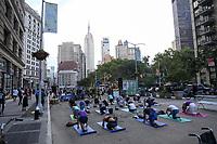 NOVA YORK, EUA, 01.08.2018 - YOGA-NOVA YORK - Populares realizam aula de yoga ao lado do Flatiron Building em Manhattan na cidade de Nova York nesta quarta-feira, 01. (Foto: William Volcov/Brazil Photo Press)