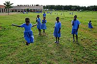 TANZANIA Bukoba, children at playground in catholic school, rope jumping / TANSANIA Bukoba, Projekte der St. Theresa Sisters, Kinder spielen auf dem Spielplatz der BISHOP HUWILER SCHOOL in KAJUNGUTI, Seil springen