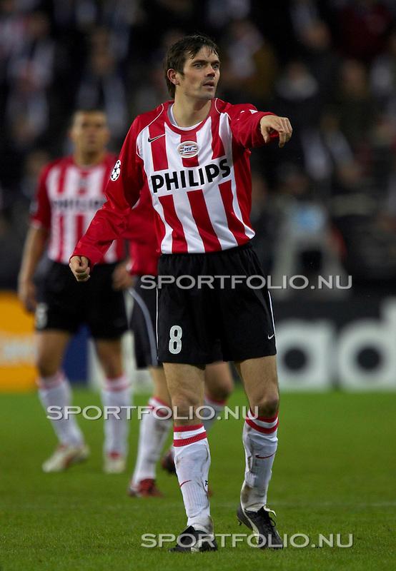Nederland, Eindhoven, 22 februari 2005.Champions League .Seizoen 2004-2005 .PSV- AS Monaco (1-0) .Phillip Cocu geeft aanwijzingen aan zijn medespelers