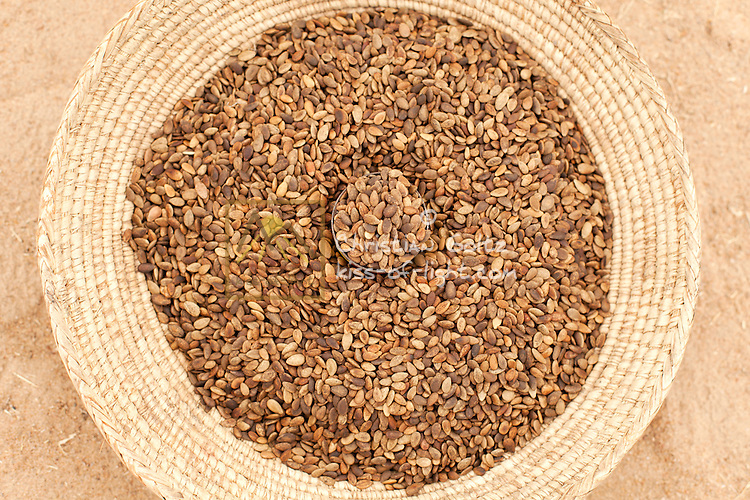 Eenhanga domakanuwa (Watermelon<br /> seeds)<br /> The seeds are roasted and served as a snack.<br /> Oil can also be extracted from the seeds to be<br /> used for cooking or as a lotion.