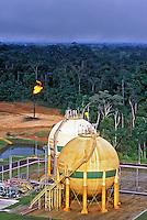 Refinaria de petróleo no Rio Urucu em Coari, Amazonas. 2001. Foto de Ricardo Azoury.