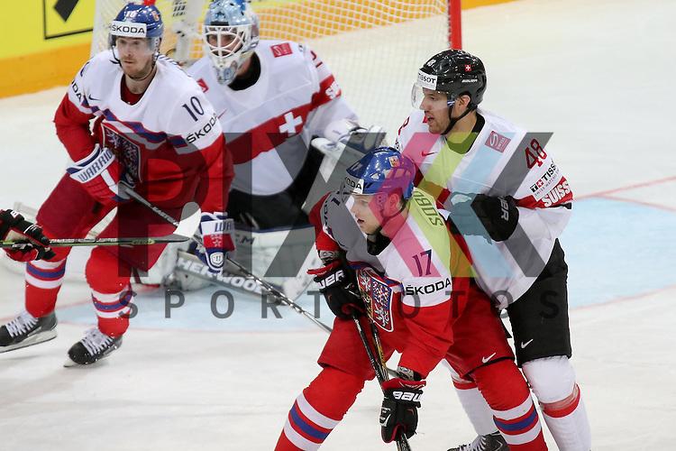 Schweizs Bieber, Matthias (Nr.48) im Zweikampf mit Tschechiens Sobotka, Valdimir (Nr.17)(Avangard Omsk)  im Spiel IIHF WC15 Tschechien vs. Schweiz.<br /> <br /> Foto &copy; P-I-X.org *** Foto ist honorarpflichtig! *** Auf Anfrage in hoeherer Qualitaet/Aufloesung. Belegexemplar erbeten. Veroeffentlichung ausschliesslich fuer journalistisch-publizistische Zwecke. For editorial use only.