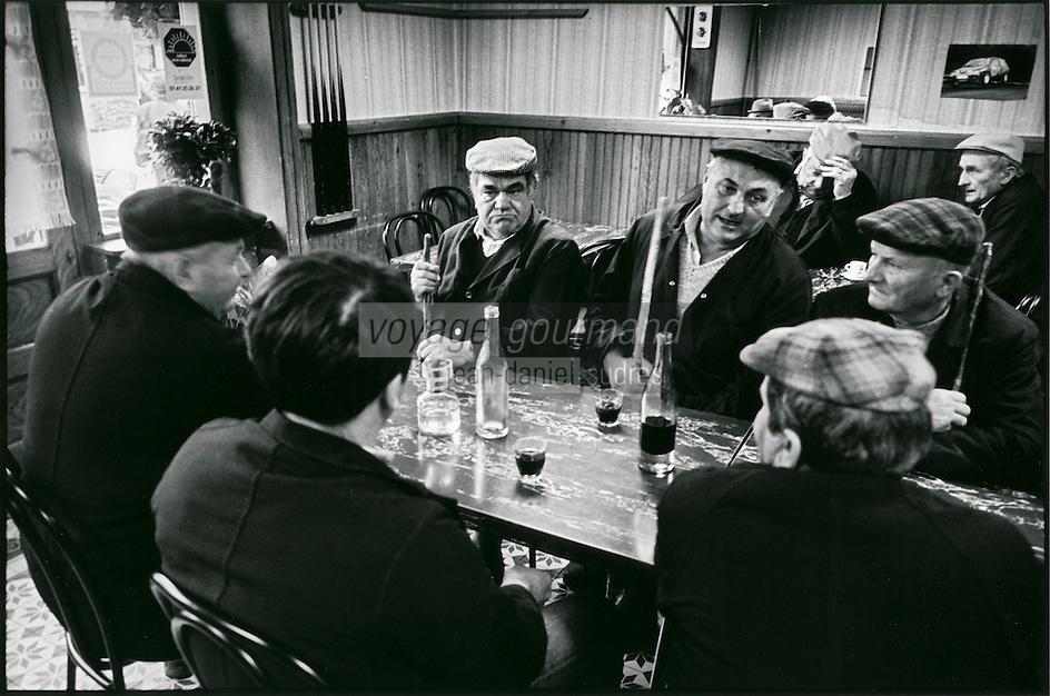 Europe/France/Bourgogne/Saône-et-Loire/St Christophe en Brionnais: Eleveurs au bar le jeudi matin lors du marché aux bovins charolais