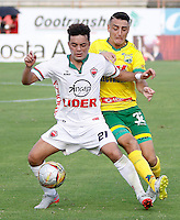 NEIVA, COLOMBIA, 28-02-2016: Mariano Vasquez (Der) del Atlético Huila disputa el balón con Juan Villota (Izq) del Patriotas FC durante partido válido por la fecha 7 de la Liga Águila I 2016 jugado en el estadio Guillermo Plazas Alcid de la ciudad de Neiva./ Mariano Vasquez (R) player of Atletico Huila fights for the ball with Juan Villota (L) player of Patriotas FC during match valid for the date 7 of the Aguila League I 2016 played at Guillermo Plazas Alcid in Neiva city. VizzorImage / Sergio Reyes / Cont