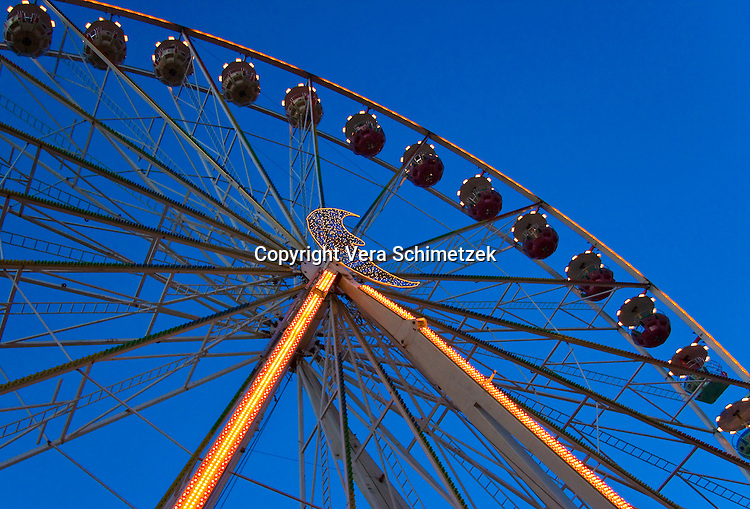 Europe, DEU, Germany, North Rhine-Westphalia, big wheel at the Chrismas Market in Hagen....Europa, DEU, Deutschland, Nordrhein-Westfalen, Riesenrad auf dem Weihnachtsmarkt in Hagen......[Copyright / Contact: Vera Schimetzek, Bornstrasse 5, 58300 Wetter, Germany, cell: 0049.(0)151.21220918, schimetzek@web.de, www.schimetzek-foto.de, publication is subject to a fee and report, the General Terms and Conditions apply. Die Veroeffentlichung ist melde- und honorarpflichtig, die AGB sind bindend.]