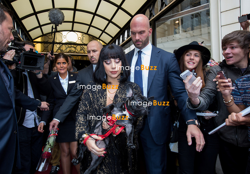 EXCLUSIF - Lady Gaga sort de l'h&ocirc;tel Steigenberger &agrave; Bruxelles, accompagn&eacute;e de son chien.<br /> Belgique, Bruxelles, 22 septembre 2014.<br /> EXCLUSIVE - Lady Gaga coming out of the Steigenberger hotel in Brussels, with her dog.<br /> Belgium, Brussels, September 22, 2014.