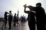 Asie, Chine, Shanghai, gymnastique sur le Bund, couples dansants//Asia, China, Shanghai, early morning exercises on the Bund, couples dancing