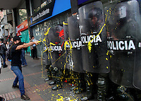 BOGOTA -COLOMBIA , 18- MARZO-2016. Miembros de la policia nacional son pintados por los manifestantes durante la marcha en apoyo al paro nacional./ Members of the national police are attacked by demonstrators during the march in support of the national strikePhoto: VizzorImage / Felipe Caicedo / Staff