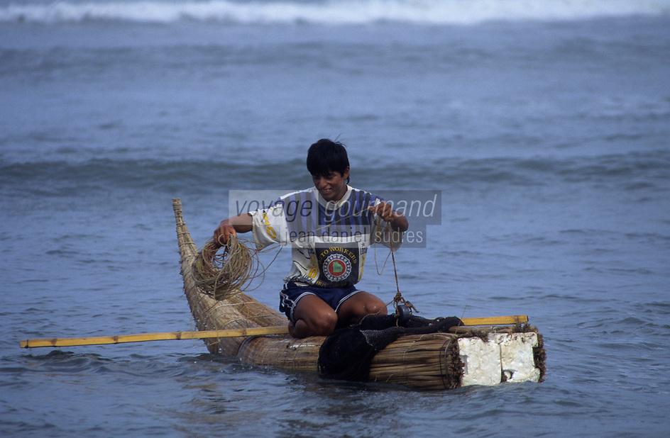 Amérique/Amérique du Sud/Pérou/Env de Chiclayo/Pimentel : Pêcheurs assis sur un Caballito de Totora lance à la ligne
