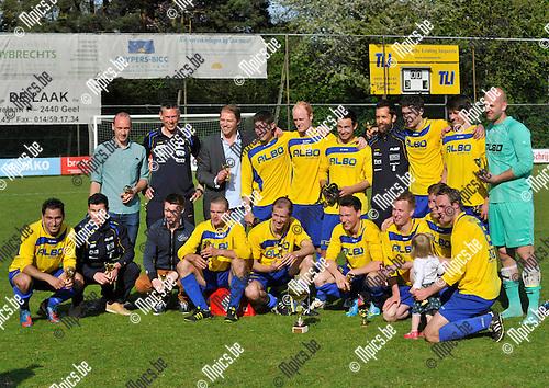 2013-05-05 / voetbal / seizoen 2012 - 2013 / Finale Beker van Antwerpen / FC De Kempen - Heikant-Berlaar / De winnaars, FC De Kempen, met de beker in hun midden.