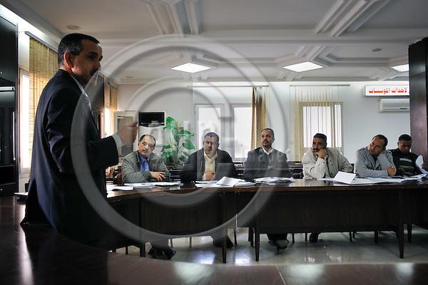 "MEDENINE - TUNISIA - 14 March 2012 -- European Training Foundation (ETF) / Tunisian Ministry of Vocational Training and Employment (MFPE) -  ""Human Capital for Regional Socio-Economic Development (Medenine, Tunisia)"" - Project Launch Workshop -- Lassaad MEZGHANI (L) teaches during the workshop -- PHOTO: Lindsay MACKENZIE / EUP-IMAGES.."