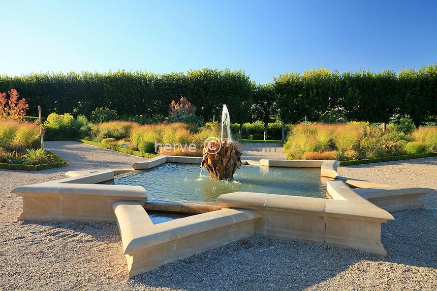 "France, Jardins du château de Villandry, la fontaine en étoile du ""Jardin du Soleil"" // France, Gardens of castle of Villandry, the fountain star of the ""Sun Garden""."