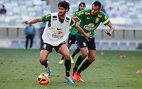 BELO HORIZONTE, MINAS GERAIS, 22 DE ABRIL 2013 - TREINO SELEÇÃO BRASILEIRA DE FUTEBOL - Alexandre Pato (E) e Réver jogadores da seleção brasileira de futebol durante sessão de treinamento na Minas Arena (Mineirão), na tarde desta terça-feira, 22. Amanhã o Brasil enfrenta o Chile no mesmo local. FOTO: WILLIAM VOLCOV / BRAZIL PHOTO PRESS.